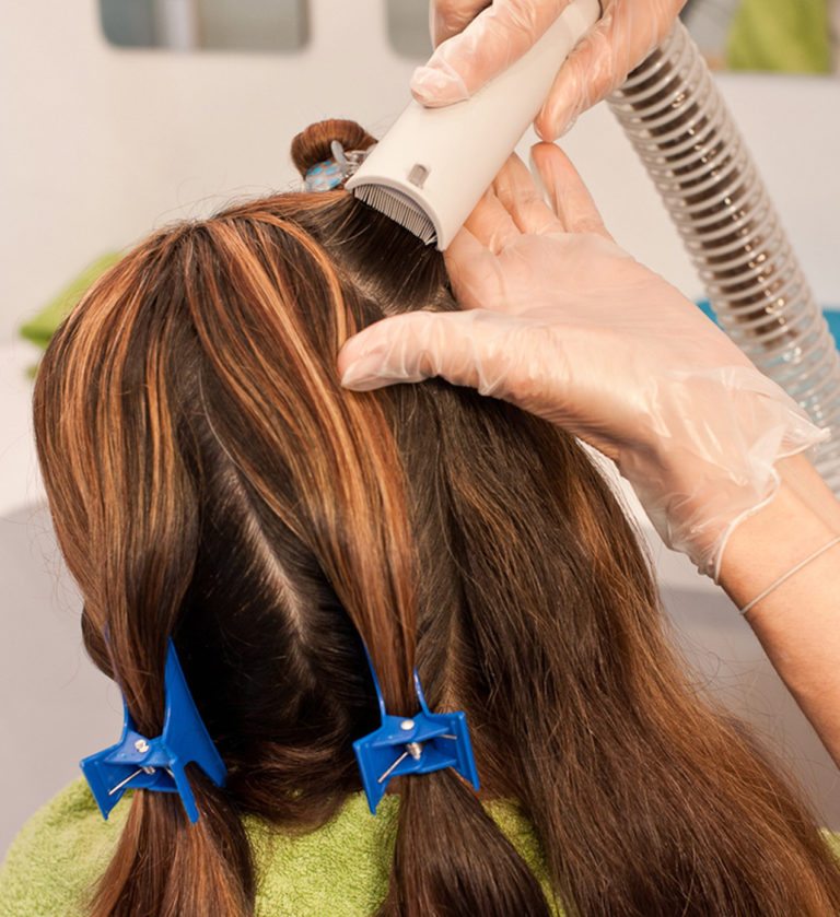 Peinado y aspirado con el pelo seco para eliminar piojos